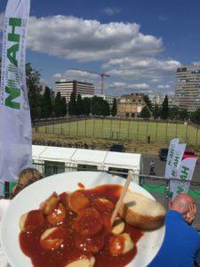 Business trifft Currywurst auf der NOAH Berlin Foto: Lilian Güntsche