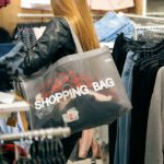 Smartphone beim Shoppen