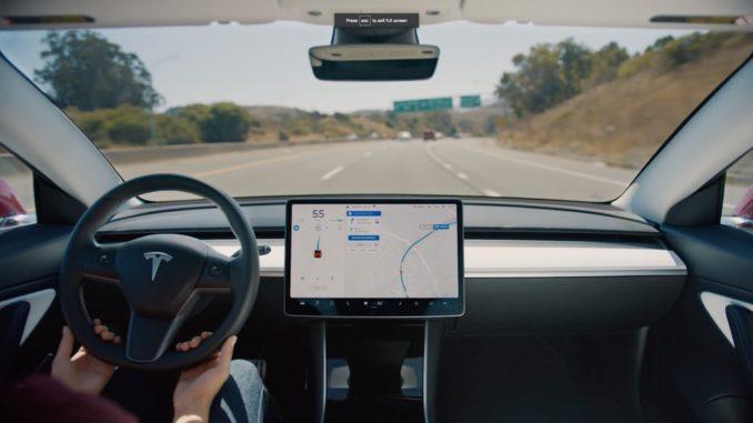 Neues Tesla Autopilot Update: Autos können selbstständig Spuren wechseln.