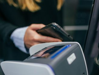 Trotz der gewaltigen Sprünge, die Mobile Payment im letzten Jahr weltweit erreicht hat, sowohl Google als auch Apple Pay sind gestartet, stehen dieser Entwicklung nicht alle positiv gegenüber. Gerade die USA steht dem mobilen Bezahlen skeptisch gegenüber.