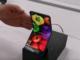 Nach Samsung und Huawei geht nun auch Sharp mit einem klappbaren Smartphone in die Offensive. Das Unternehmen plant aber einen auf den ersten Blick kuriosen Weg: Ein Video mit einem frühen Prototyp zeigt, dass das Gerät vertikal klappbar ist.