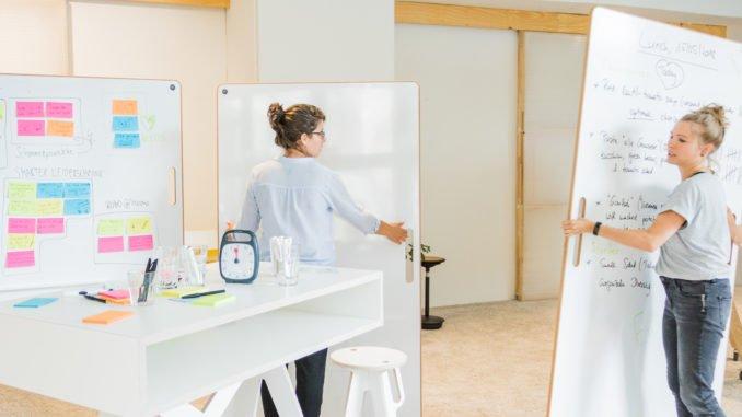 Moderne Arbeitsweisen, die dem Zeitgeist entsprechen, brauchen auch entsprechendes Equipment. Fern von klassischen Besprechungsräumen mit typischen Konferenztischen und Stühlen, entwickelt space3000 in Berlin moderne Workshopmöbel.